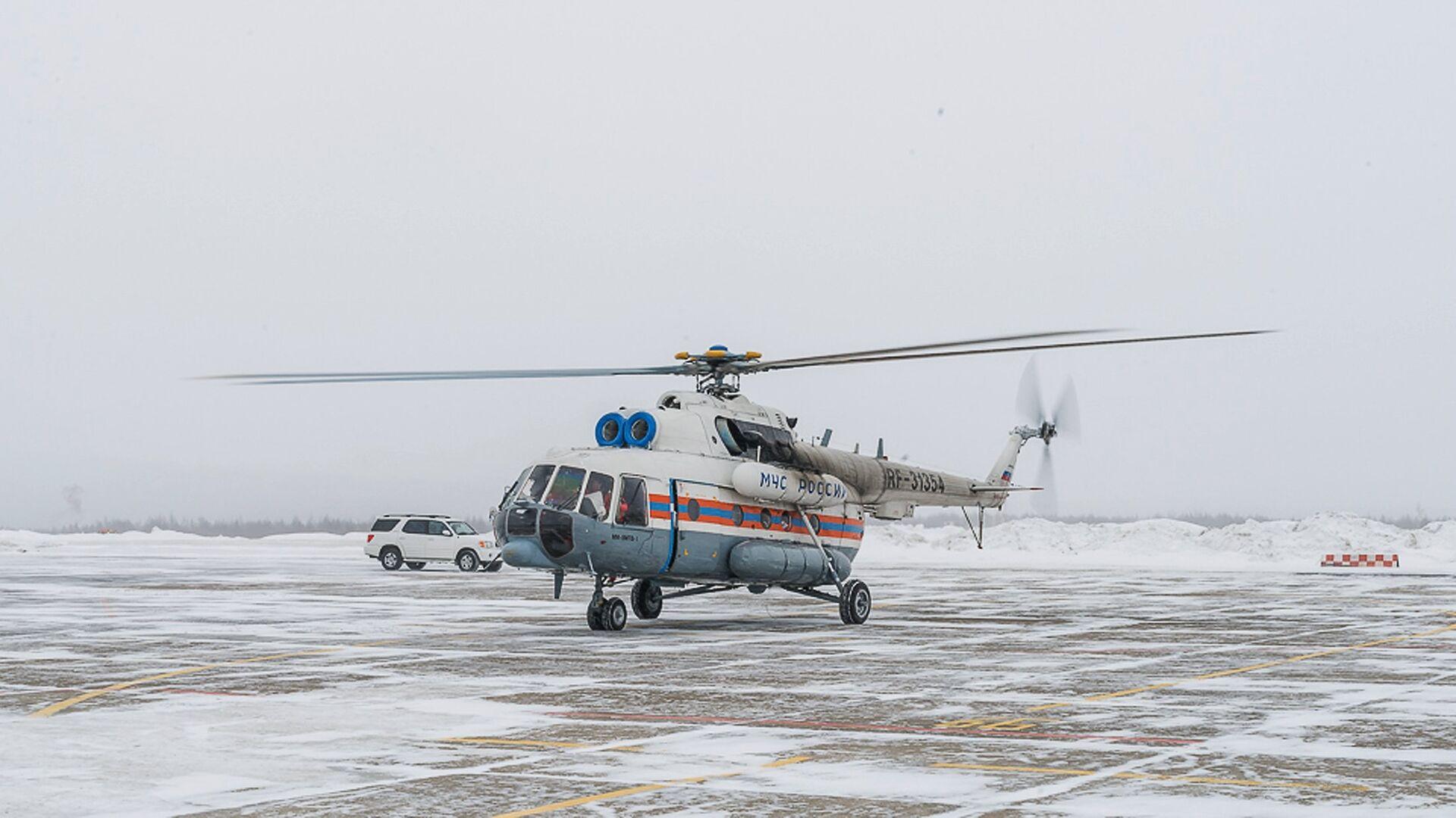 Вертолёт МИ-8 МЧС России в аэропорту Магадана - РИА Новости, 1920, 03.03.2021