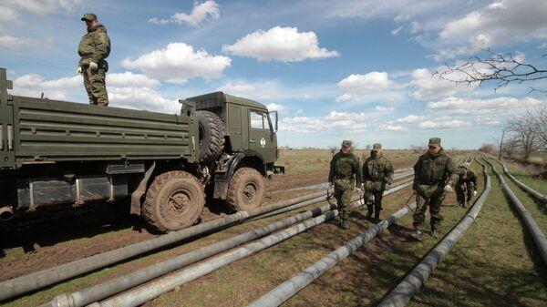 Военнослужащие выполняют работы по прокладке трубопровода в Крыму