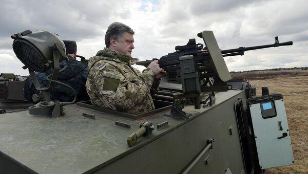 Президент Украины Петр Порошенко на английском БТР Саксон