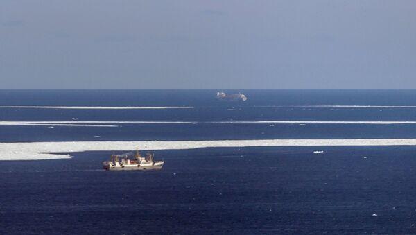 Вид из самолёта МЧС РФ Бе-200 во время поисково-спасательной операции в районе крушения траулера Дальний Восток в Охотском море. Апрель 2015