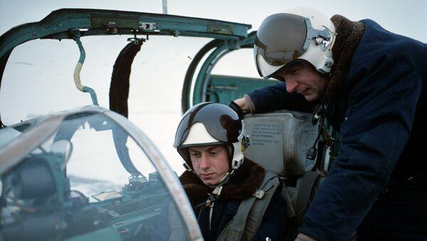 Подготовка к полету военных летчиков. Архивное фото