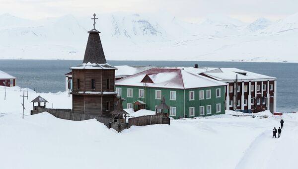 Старая деревянная часовня в шахтерском городе Баренцбург на архипелаге Шпицберген. Архивное фото