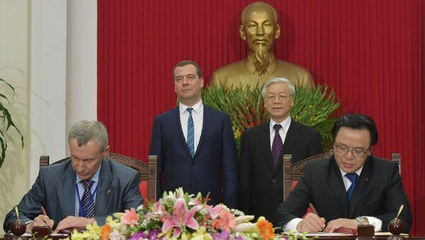 Председатель правительства РФ Дмитрий Медведев и генеральный секретарь ЦК компартии Вьетнама Нгуен Фу Чонг на церемонии подписания совместных документов по итогам встречи в Ханое, Вьетнам