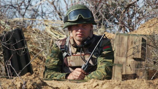 Белорусский военнослужащий в окопе. Архивное фото