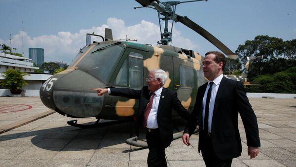 Председатель правительства РФ Дмитрий Медведев и председатель Народного комитета города Хошимина Ле Хоанг Куан после встречи в городе Хошимине
