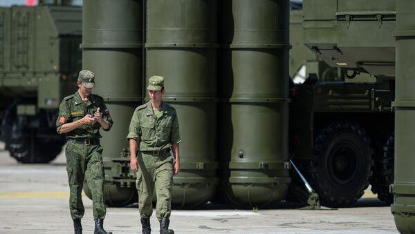 Военнослужащие у зенитно-ракетной системы