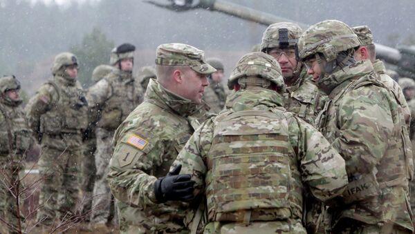 Военнослужащие блока НАТО принимают участие в военных учениях. Архив