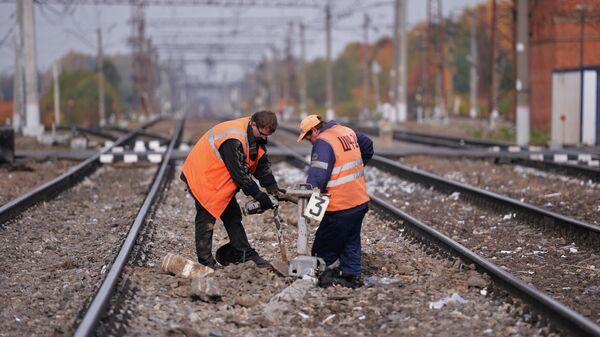 Рабочие восстанавливают железнодорожные пути
