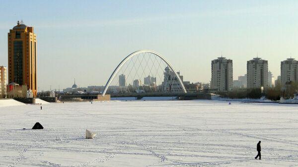 Вид на мост через реку Есиль в Астане