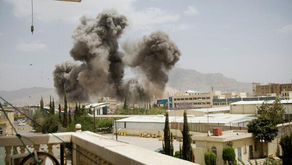 Дым после авиаударов по Сане, Йемен. Апрель 2015 года