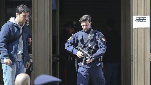 Полицейский возле Дворца юстиции в Милане, Италия