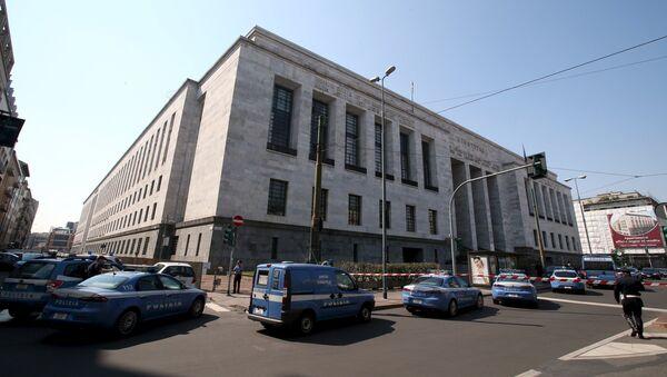 Полиция возле здания суда в Милане, Италия