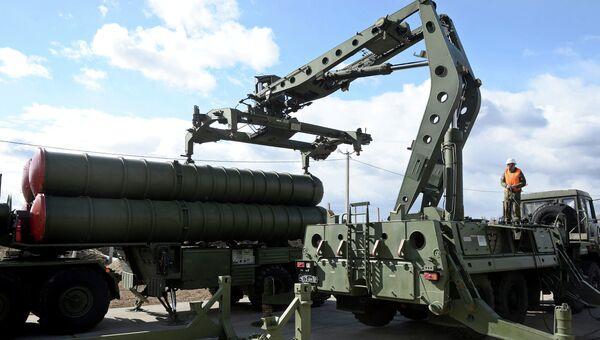 Зенитный ракетный комплекс Триумф С-400 во время несения боевого дежурства в Московской области. Архивное фото