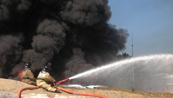 Сотрудники пожарной службы МЧС во время тушения пожара. Архивное фото