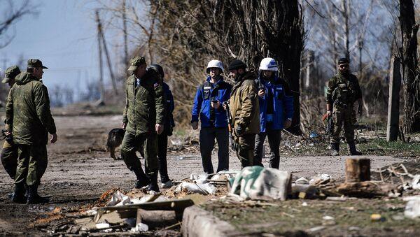 Представители ОБСЕ осматривают поселок Спартак в Донецкой области