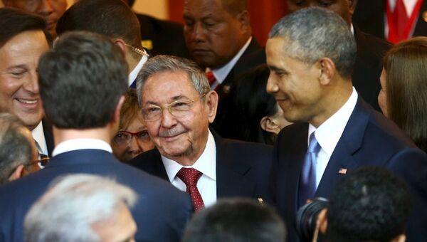 Кубинский лидер Рауль Кастро (слева) и президент США Барак Обама (справа) на Саммите Америк в Панаме