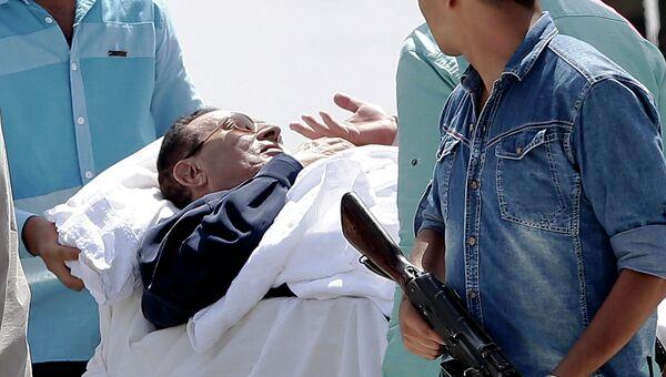 Транспортировка Хосни Мубарака в каирский военный госпиталь Аль-Маади