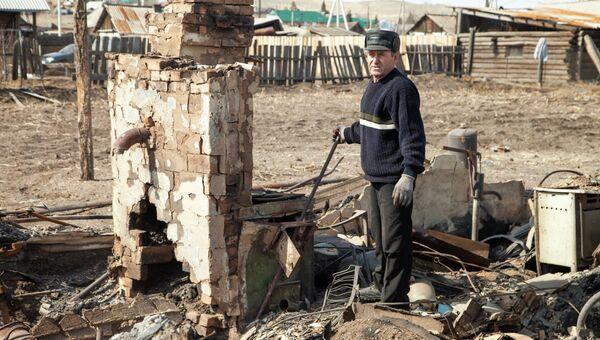 Житель наиболее пострадавшего поселка Шира Республики Хакасия участвует в ликвидации последствий пожара