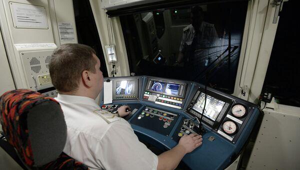 Машинист в кабине поезда. Архивное фото