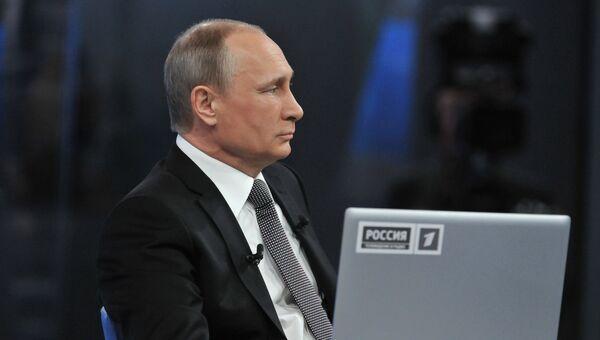 Президент России Владимир Путин в основной студии московского Гостиного двора во время прямого эфира ежегодной специальной программы Прямая линия с Владимиром Путиным