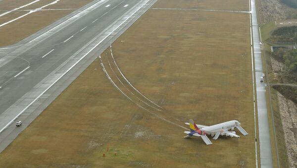 Самолет Asiana Airlines выехал за пределы взлетно-посадочной полосы после приземления в аэропорту Хиросимы, Япония