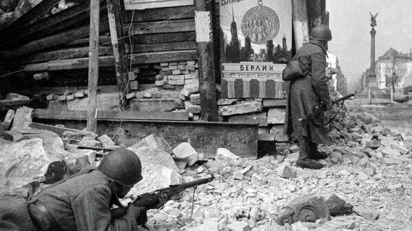 Советские войска ведут бой на улицах Берлина во время Великой Отечественной войны