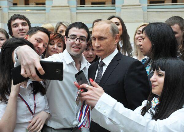 Президент России Владимир Путин с сотрудниками единого центра обработки сообщений
