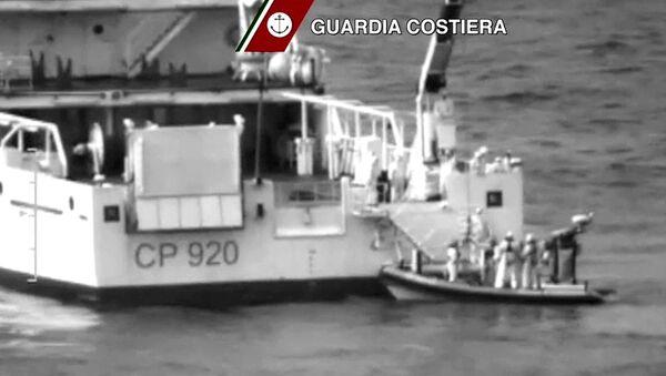 Итальянская береговая охрана на месте крушения лодки с североафриканскими мигрантами в Средиземном море