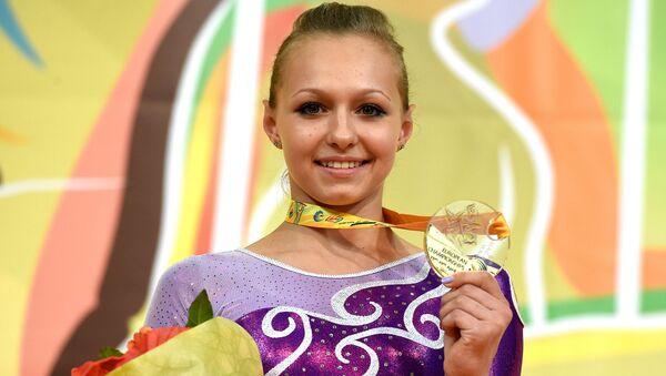 Российская гимнастка Дарья Спиридонова во время церемонии награждения на ЧЕ по гимнастике в Монпелье