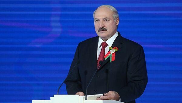 Александр Лукашенко с символом акции Цветы Великой Победы. Архивное фото