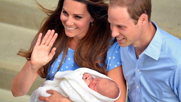 Герцогиня Кэтрин и принц Уильям с новорожденным сыном выходят из госпиталя Святой Марии