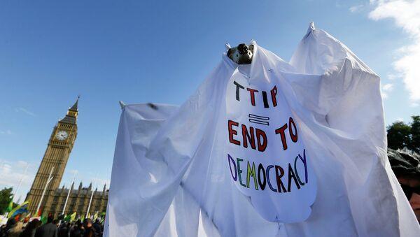 Акция протеста против соглашения о свободной торговле между США и ЕС в Лондоне. Архивное фото