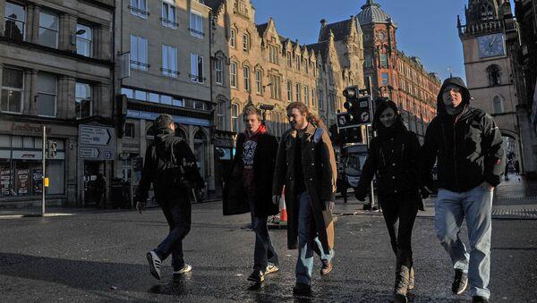 Прохожие на улице Глазго, Великобритания. Архивное фото