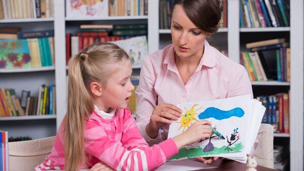 Детский психолог работает с ребенком