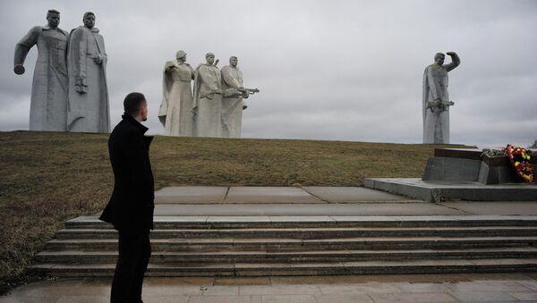 У Мемориального комплекса «Героям-панфиловцам» в деревне Нелидово. Архивное фото