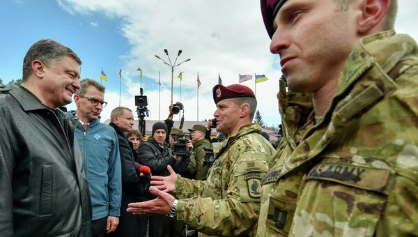 Президент Украины Петр Порошенко вместе с десантниками 173-й бригады армии США