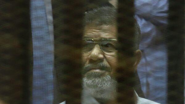 Экс-президент Египта Мухаммед Мурси во время оглашения приговора. Архивное фото