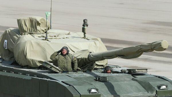 Танк на тяжелой гусеничной платформе Армата во время репетиции парада Победы в Московской области
