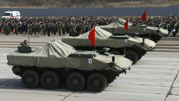 БТР на колесной платформе средней весовой категории Бумеранг во время репетиции парада Победы в Московской области
