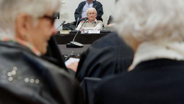 Бывший член СС Оскар Гренинг и оставшиеся в живых узники концлагеря Аушвиц-Биркенау, в судебном зале в немецком Люнебурге. 21 апреля 2015