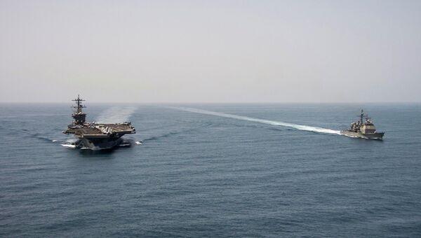 Авианосец USS Теодор Рузвельт и ракетный крейсер USS Нормандия в Аравийском море