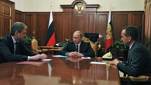 Президент России Владимир Путин и губернатор Краснодарского края Александр Ткачев во время встречи в Кремле