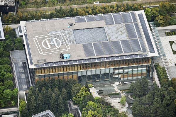 Полиция и сотрудники службы безопасности осматривают дрон, приземлившийся на крыше резиденции премьер-министра Японии в Токио