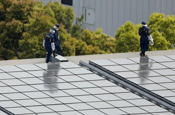 Полицейские осматривают крышу официальной резиденции премьер-министра Японии в Токио
