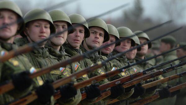 Военнослужащие на полигоне во время совместной тренировки пеших и механизированных колонн к Параду Победы. Архивное фото