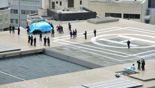 Полицейскиеисследуют дрон, приземлившийся на крышу резиденции премьер-министра Японии в Токио