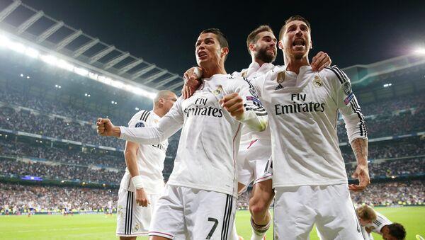 Футболисты мадридского Реала празднуют гол в ворота Атлетико