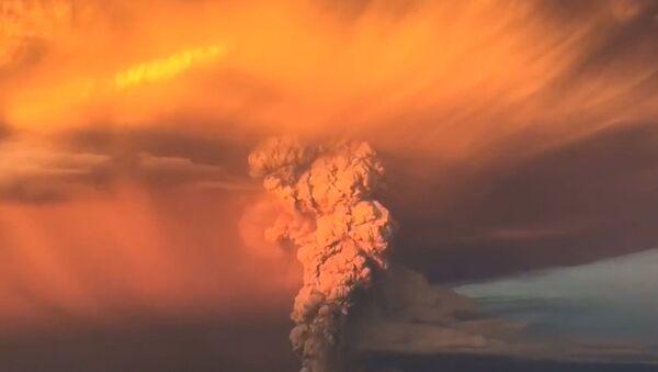 Вулкан Кальбуко в Чили выбросил тонны пепла и окрасил небо в оранжевый цвет