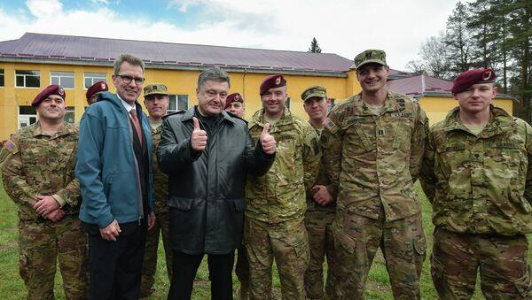 Президент Украины Петр Порошенко (третий слева) вместе с десантниками 173-й бригады армии США перед началом украинско-американских командно-штабных учений Фиарлес Гардиан - 2015