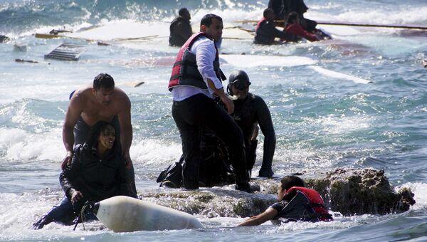 Нелегальные мигранты, спасенные береговой охраной Греции, возле острова Родос